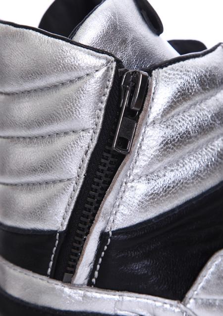脱ぎ履きが圧倒的に楽な、サイドジップは、お気に入りのスニーカーを、より毎日履きたい気分にさせてくれます。