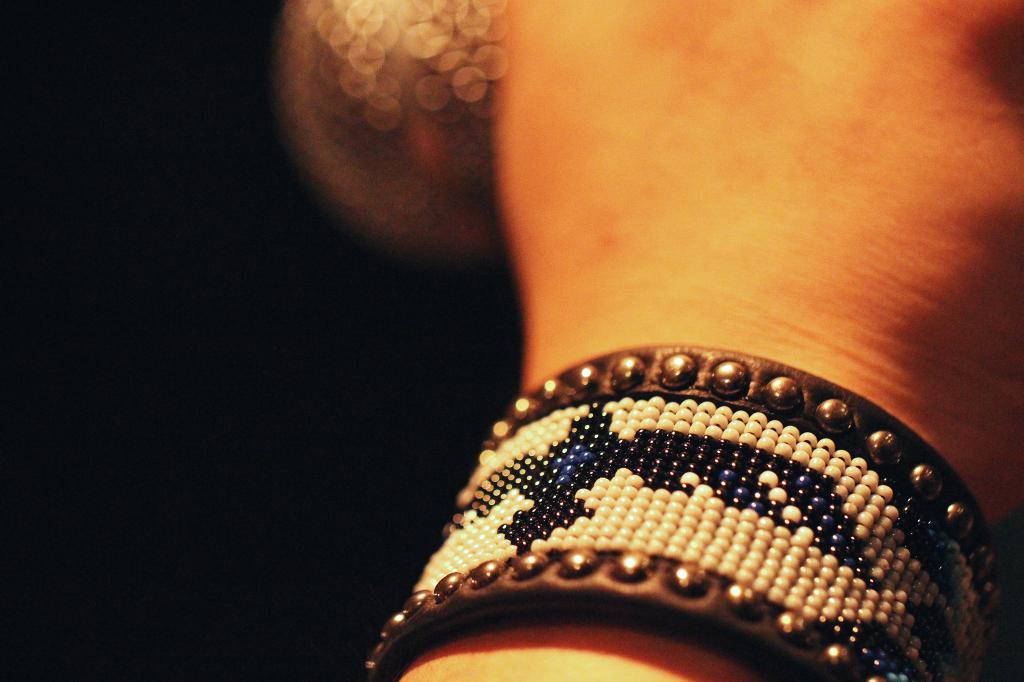 B'z の稲葉さんがエアロスミスとのスペシャルライブ『エアロソニック』の際に愛用していた事でも有名なブレスレット。