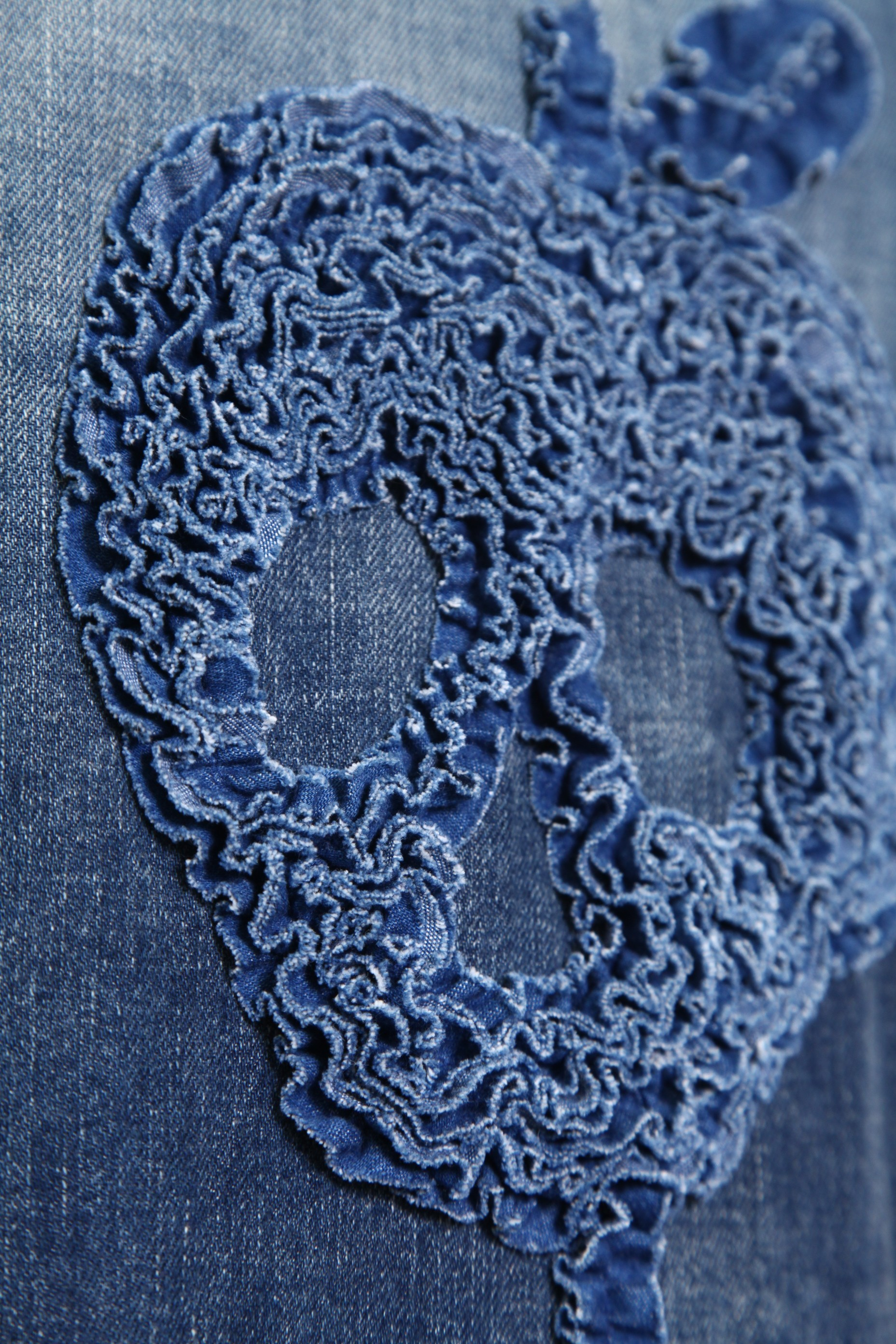 """バックスタイルには、存在感の有るギャザー刺繍で造り上げた""""APPLE SKULL""""の刺繍。"""